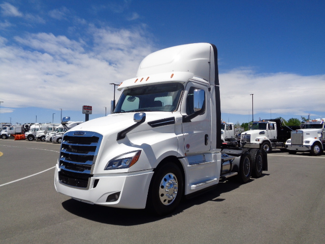 2020-cascadia-daycab-front-angle-exterior-view