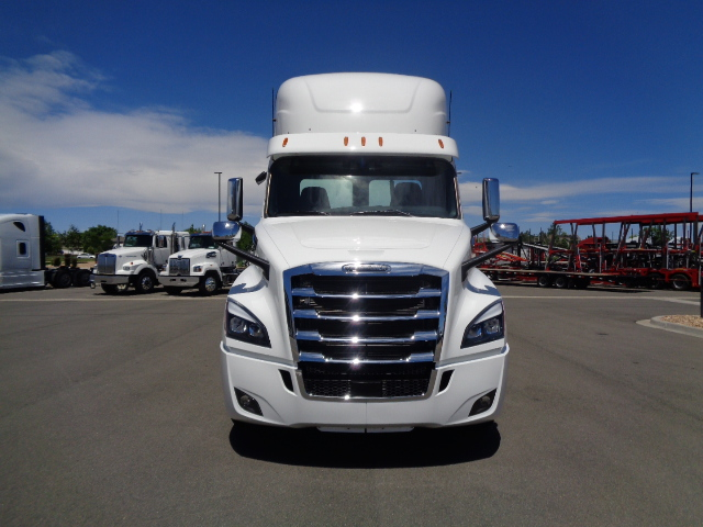 2020-cascadia-daycab-grill-external-view