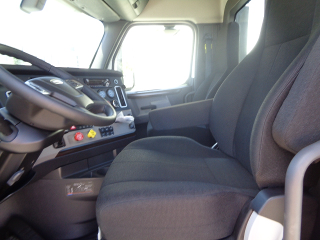 2020-cascadia-daycab-interior-driver-seat